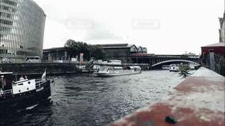 水の体の小さなボートの写真・画像素材[1067610]