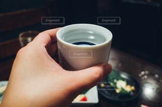 コーヒーのカップを持っている手の写真・画像素材[1073883]