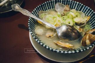板の上に食べ物のボウルの写真・画像素材[1073895]