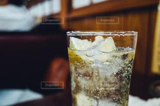 テーブルの上のガラスのコップの写真・画像素材[1073906]
