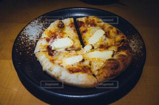 テーブルの上に座ってピザの写真・画像素材[1073908]