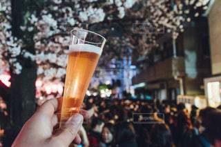 ビールのグラスを持っている手の写真・画像素材[1078149]