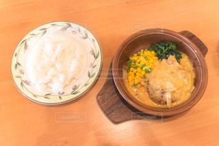 木製のテーブルの上に食べ物のプレートの写真・画像素材[1079962]