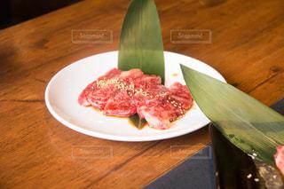 木製のテーブルの上に食べ物のプレートの写真・画像素材[1080340]