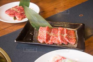 木製テーブルの上のピザのスライスを皿の料理の写真・画像素材[1080341]