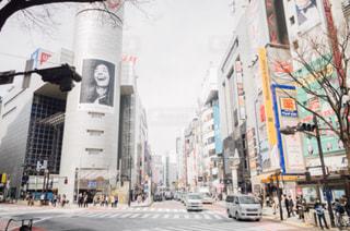 近くに忙しい街の通りのの写真・画像素材[1082825]