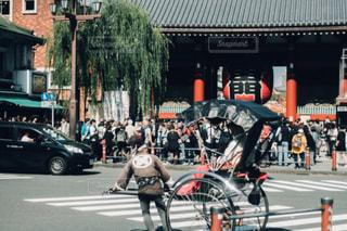 都市のストリート バイクに乗っている人のグループの写真・画像素材[1082923]
