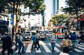 忙しい街の通りを歩いて人々 のグループの写真・画像素材[1082925]