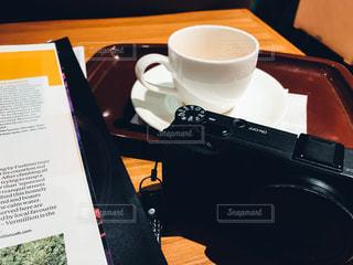 テーブルの上のコーヒー カップの写真・画像素材[1083862]