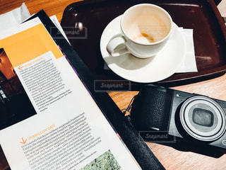 テーブルの上のコーヒー カップの写真・画像素材[1083867]