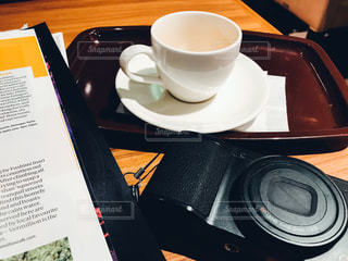 テーブルの上のコーヒー カップの写真・画像素材[1083873]
