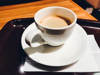 テーブルの上のコーヒー カップの写真・画像素材[1083877]