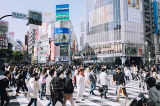 街の通りを歩いている人のグループの写真・画像素材[1084230]