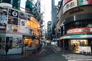 街の通り上のストアと建物の写真・画像素材[1084231]