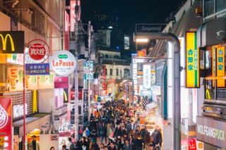 近くに忙しい街の通りのの写真・画像素材[1084239]