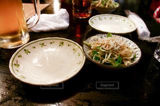 食品とワインのガラスのプレート - No.1084320