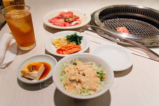 テーブルの上に食べ物のボウルの写真・画像素材[1084321]