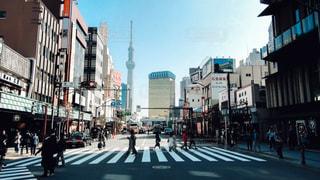忙しい街の通りを歩いて人々 のグループの写真・画像素材[1084333]