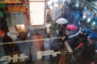 近くに雨の日に傘のアップの写真・画像素材[1084924]