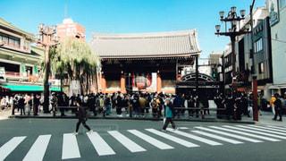 通りを歩く人々 のグループの写真・画像素材[1086522]