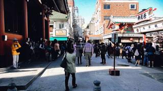街の通りを歩いている人のグループの写真・画像素材[1086523]