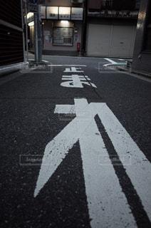 道の端にサインの写真・画像素材[1087202]