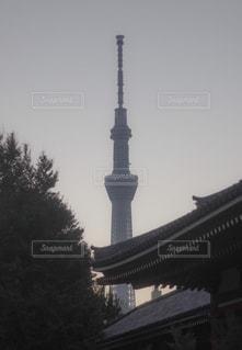 建物の前に時計塔 - No.1089276