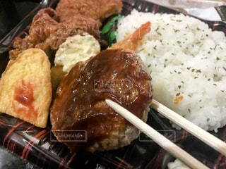 皿のご飯肉と野菜料理の写真・画像素材[1167680]