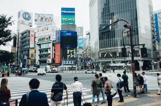 街の通りを歩いている人のグループの写真・画像素材[1167684]