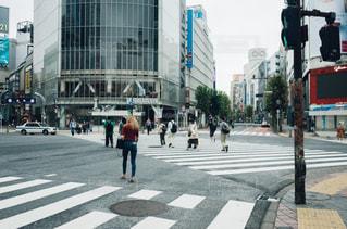 市内の通りを渡る人々 のグループの写真・画像素材[1167687]
