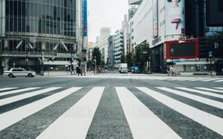 近くの街の通りの横断歩道をの写真・画像素材[1167689]