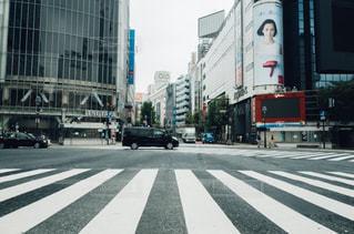 近くに忙しい街の通りのの写真・画像素材[1167690]