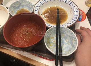 テーブルにあるスープのボウルの写真・画像素材[1313702]