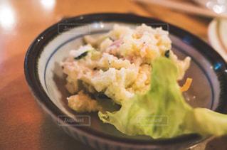 近くに食べ物のプレートのアップの写真・画像素材[1409969]