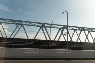 水の体の上を橋を渡る列車の写真・画像素材[1411144]