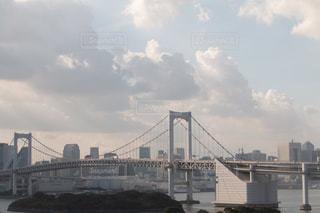 水の体の上の橋の写真・画像素材[1411150]