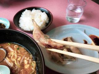 テーブルの上に食べ物のプレートの写真・画像素材[1553101]