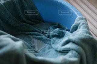 近くにベッドの上で眠っている人のの写真・画像素材[1757597]
