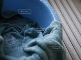 毛布をたらいへ。コーヒーこぼしたその後の後始末の写真・画像素材[1757599]