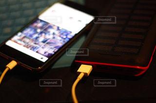 モバイルバッテリーでスマホを充電の写真・画像素材[1759241]