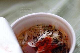 ねぎちょい足し&唐辛子を入れたカップラーメン。辛党の日常の写真・画像素材[1759939]