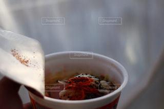 ねぎちょい足し&唐辛子を入れたカップラーメン。辛党の日常の写真・画像素材[1759942]