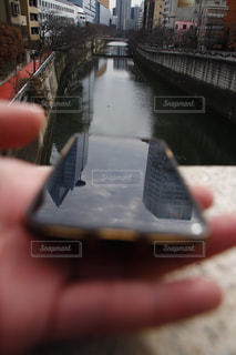 携帯電話を持つ手の写真・画像素材[1760000]