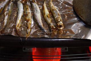 ししゃもをストーブの上で焼く。リアル感漂う本物の日常写真素材は「ふつう」「リアル感」「飾らない」で検索をの写真・画像素材[1769941]
