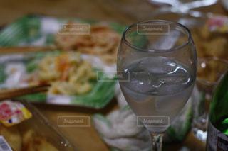 グラスに入った水、焼酎。リアル感漂う本物の日常写真素材は「ふつう」「リアル感」「飾らない」で検索をの写真・画像素材[1769945]
