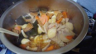 大きな鍋でコトコト煮物。リアル感漂う日常写真は「ふつう」「飾らない」「リアル感」などで検索をの写真・画像素材[1804413]
