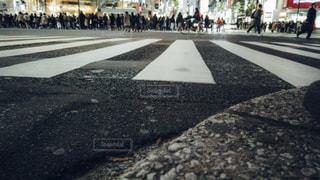 渋谷スクランブル交差点ローアングル撮影の写真・画像素材[1811129]