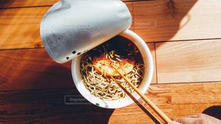 カップ麺の天ぷらそばを頂きます。リアル感漂う日常写真素材は「ふつう」「飾らない」「リアル感」タグ、検索で。本人目線の手や足が写った写真は「主観視点」「POV」でチェックを。の写真・画像素材[1812661]