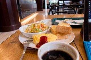 食品やコーヒー テーブルの上のカップのプレートの写真・画像素材[1878617]