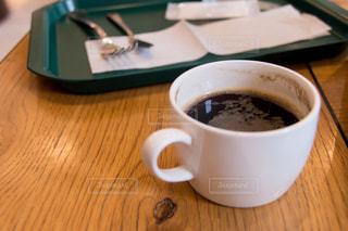 木製のテーブルの上に座ってコーヒー カップの写真・画像素材[1878635]